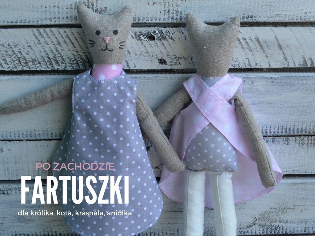 """Bawełniany fartuszek sukienka dla lalki szmacianki to doskonały dodatek do zabawy. Nasze bawełniane fartuszki pasują na wszystkie przytulanki marki """"po zachodzie"""" w rozmiarze średnim. Możesz ubrać w fartuszek królika, krasnala, kota, anioła i świnkę. Dostępne w dwóch pastelowych kolorach w sklepie internetowym (szarym w kropki i bladoróżowym w kropki)"""